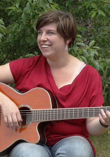 Nancy speelt gitaar