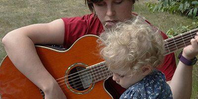 spelenderwijs bezig zijn met muziek